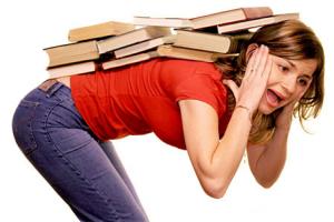 Devojka sa teretom knjiga na leđima